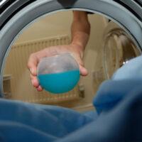 Как правильно стирать пуховики в стиральной машине: 7 простых шагов