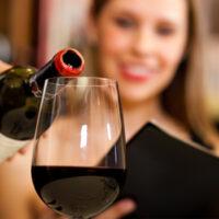 Ученые выяснили, почему после алкоголя хочется есть и как этого избежать